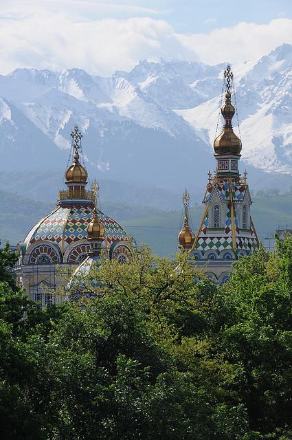 Parte superior de la cathedral Zenkov en Alma-Ata (Almati), Kazajstán (por Akitoshi Iio)